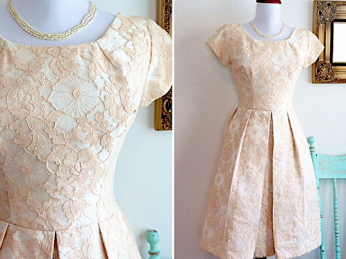 Short-sleeved puffy dress in pink lace