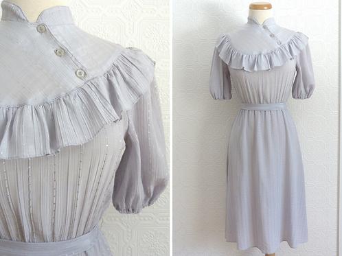 Robe grise années 60, col montant et froufrou