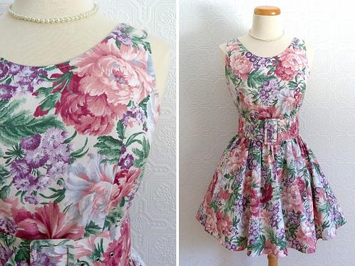 Robe courte sans manches à motif floral, jupon intégré