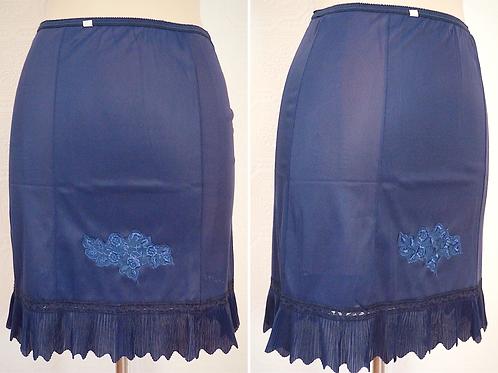 Jupon court bleu avec garniture festonnée