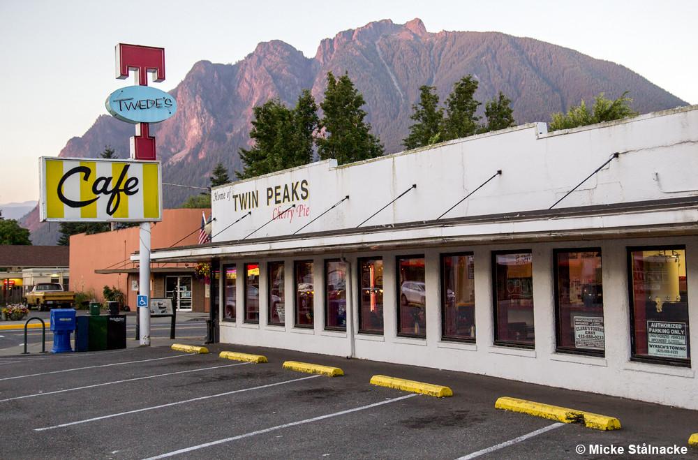 """The RR Diner, egentligen Twede's i North Bend. Året efter att detta foto togs ändrades färgerna på taket inför inspelningen av """"Twin Peaks - The Return""""."""