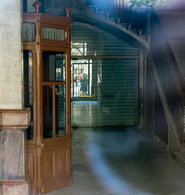 """Trapphus i Barcelona ur skräckfilmen """"Rec"""" (2007). Fotograferat med ISO 3200 genom en glasdörr."""