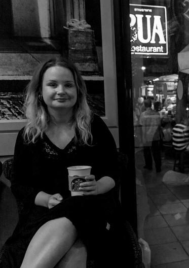 Rebecka på Starbucks i Bangkok, Thailand (2016).