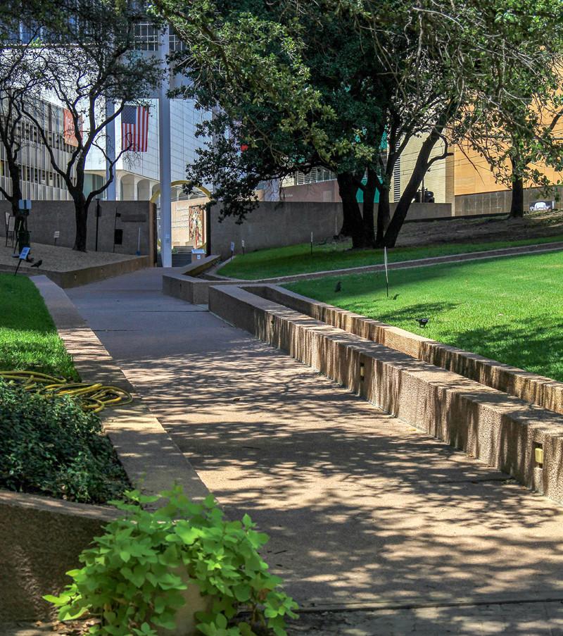 Thanksgiving Square i centrala Dallas var också skådeplatsen för många scener under seriens första år. Klicka på pilarna i vänstra hörnet för större version av bilden.