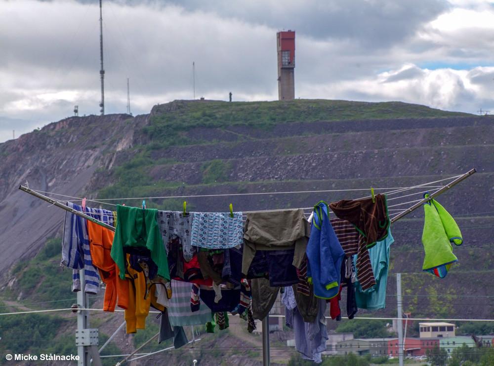 Tvätt på tork med Kiirunavaara i bakgrunden.