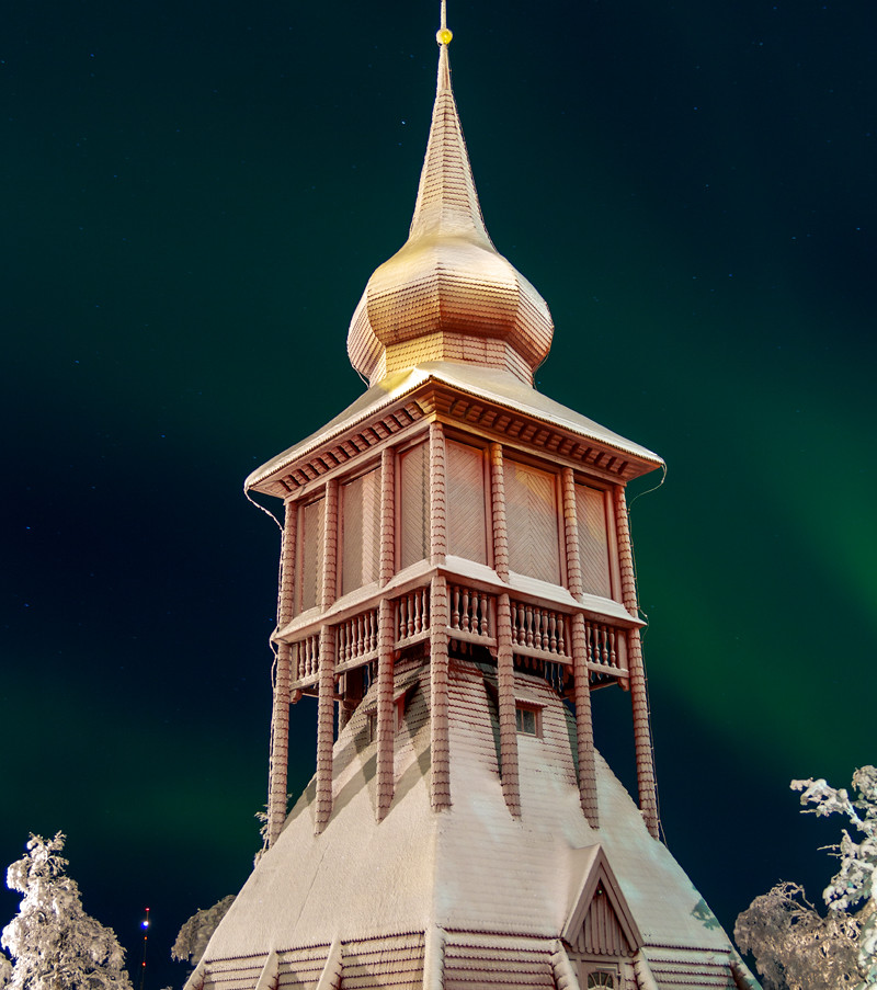 Kiruna kyrkas klocktorn med norrsken i bakgrunden. Klicka på pilarna i vänstra hörnet för större version av bilden.