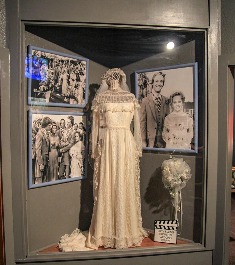 """Lucys Ewings bröllopsklänning från avsnittet """"End of the Road Part II"""", 1981. Klicka på pilarna i vänstra hörnet för större version av bilden."""