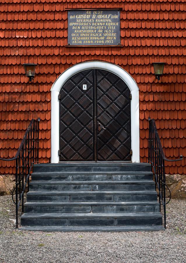 """Kyrkan i Grythyttan, även känd som kyrkan i det fiktiva Granhyttan i """"Kråkguldet"""" (1969). Klicka på pilarna i vänstra hörnet för större version av bilden."""