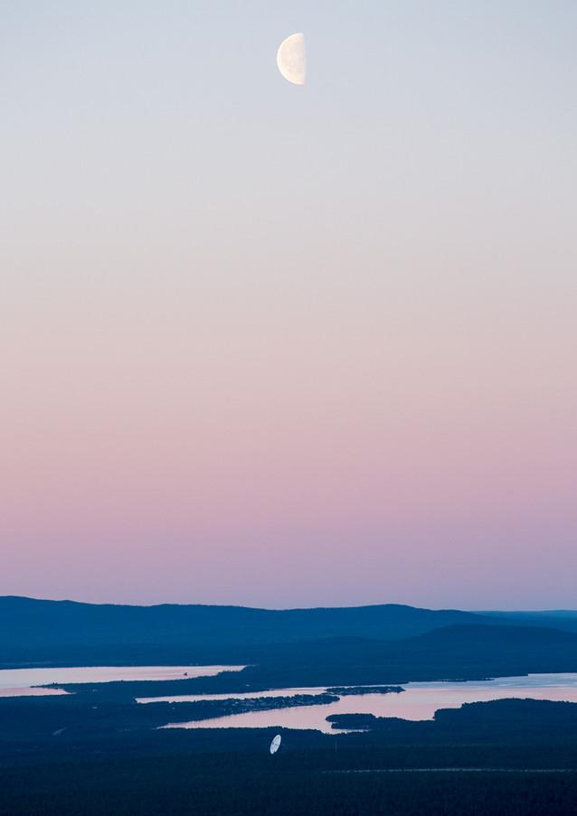 Vy mot EISCAT-parabolen och Jukkasjärvi.