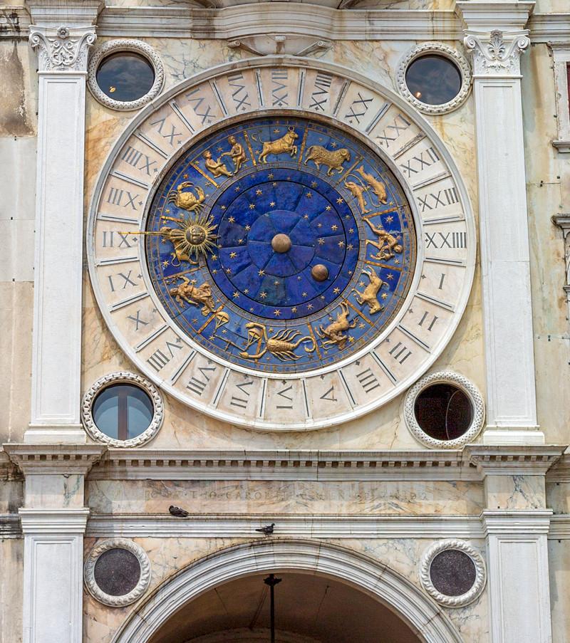 """James Bond kastar ut skurken Chang ur detta fönster i Venedig, Italien i filmen """"Moonraker"""" (1979). Klicka på pilarna i vänstra hörnet för större version av bilden."""