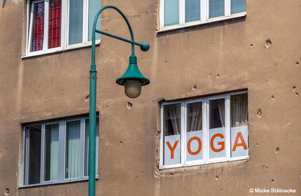 Yoga och skotthål i Sarajevo, Bosnien Hercegovina.