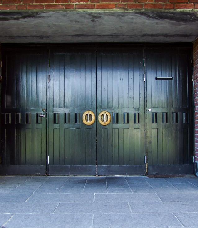 Portarna med handtag av Esaias Poggats.