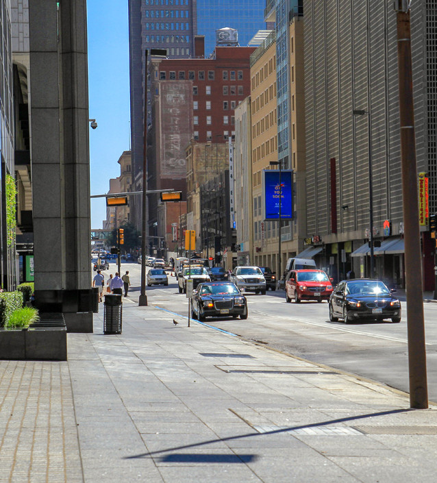 Många scener filmades på denna gata utanför Ewing Oil, dvs Renaissance Tower.