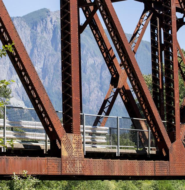 Bron som det överlevande offret Ronette Pulaski vandrar över i pilotavsnittet. Egentligen Reinig Bridge mellan Snoqualmie och North Bend.