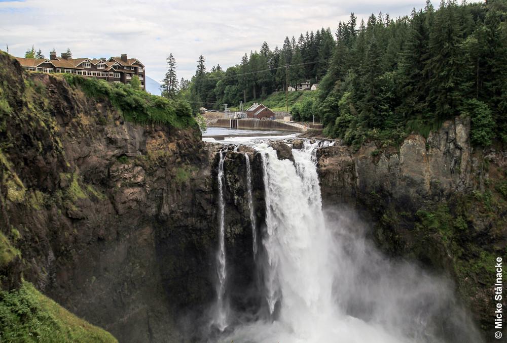 En annan ikonisk miljö, The Great Northern Hotel med vattenfallet. Egentligen Salish Lodge och Snoqualmie Falls i Snoqualmie.