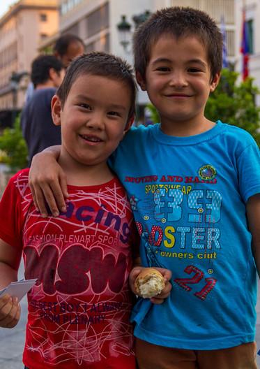 Två barn som ryckte i min tröja för att bli fotograferade i Aten, Grekland (2015).