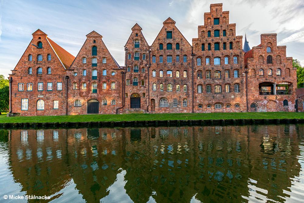 Orloks nya hem, egentligen det gamla saltlagret i Lübeck, Tyskland. Orlok tittar ut från fönstret högst upp i andra huset från vänster.