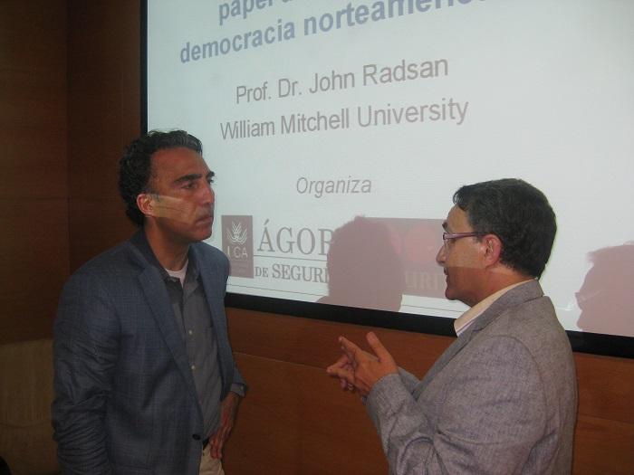 John-Radsan-conversando-con-Fermin-Moreno