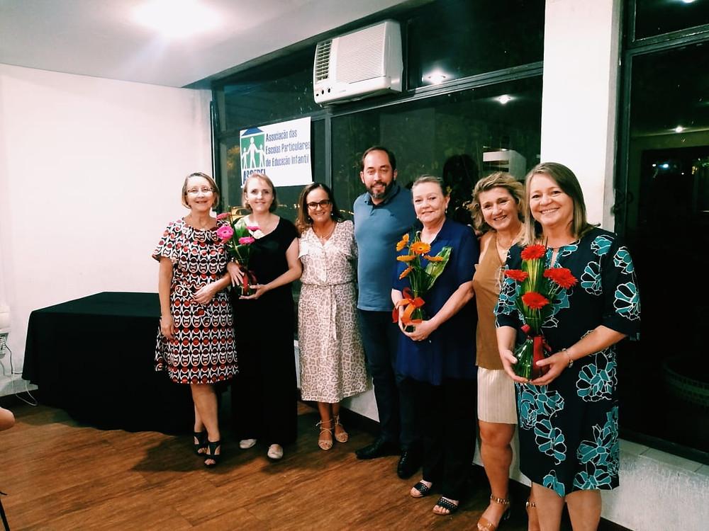 As gestoras que saem da diretoria recebendo uma singela homenagem da Associação