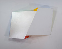 Pearly white tridimensional painting of two interconnected rhomboid prisms with yellow and red sides