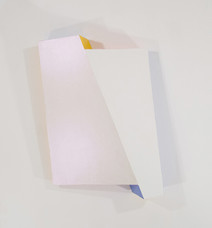 Pearly white tridimensional painting of two interconnected rhomboid prisms with yellow and blue sides