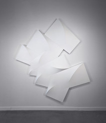 Large, white tridimensional painting composed of modules in a semicircle