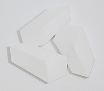 Tridimensional painting of three interconnected white rectangular prisms
