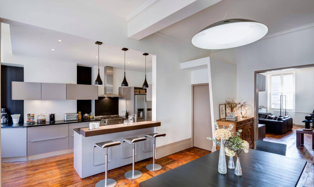 une cuisine ouverte sur séjour
