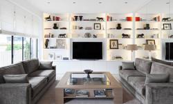 un salon avec un bel espace