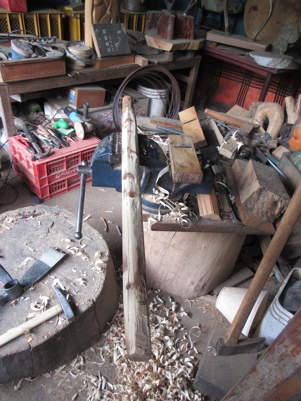 この日は一位の樹を使って鍬の柄を作っていた。万力に挟んでカンナで削っていく