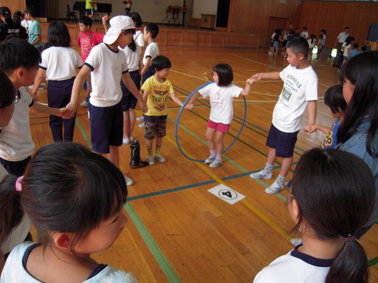 児童集会フラフープくぐり(0711)