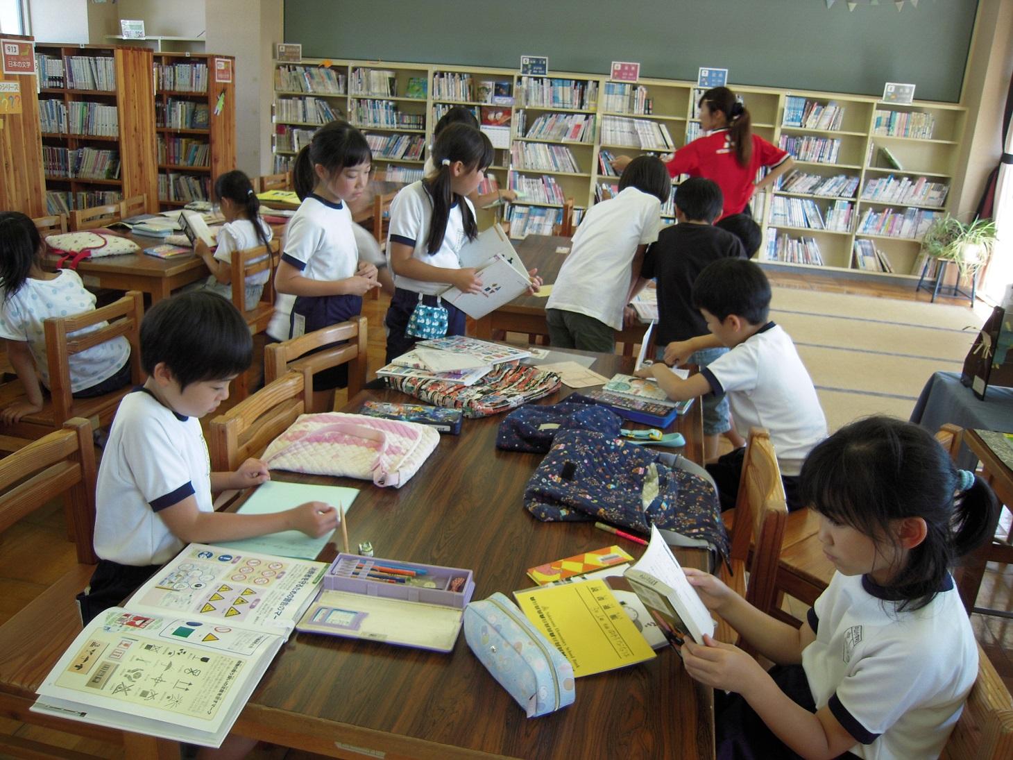 図書館で調べ学習(3年)