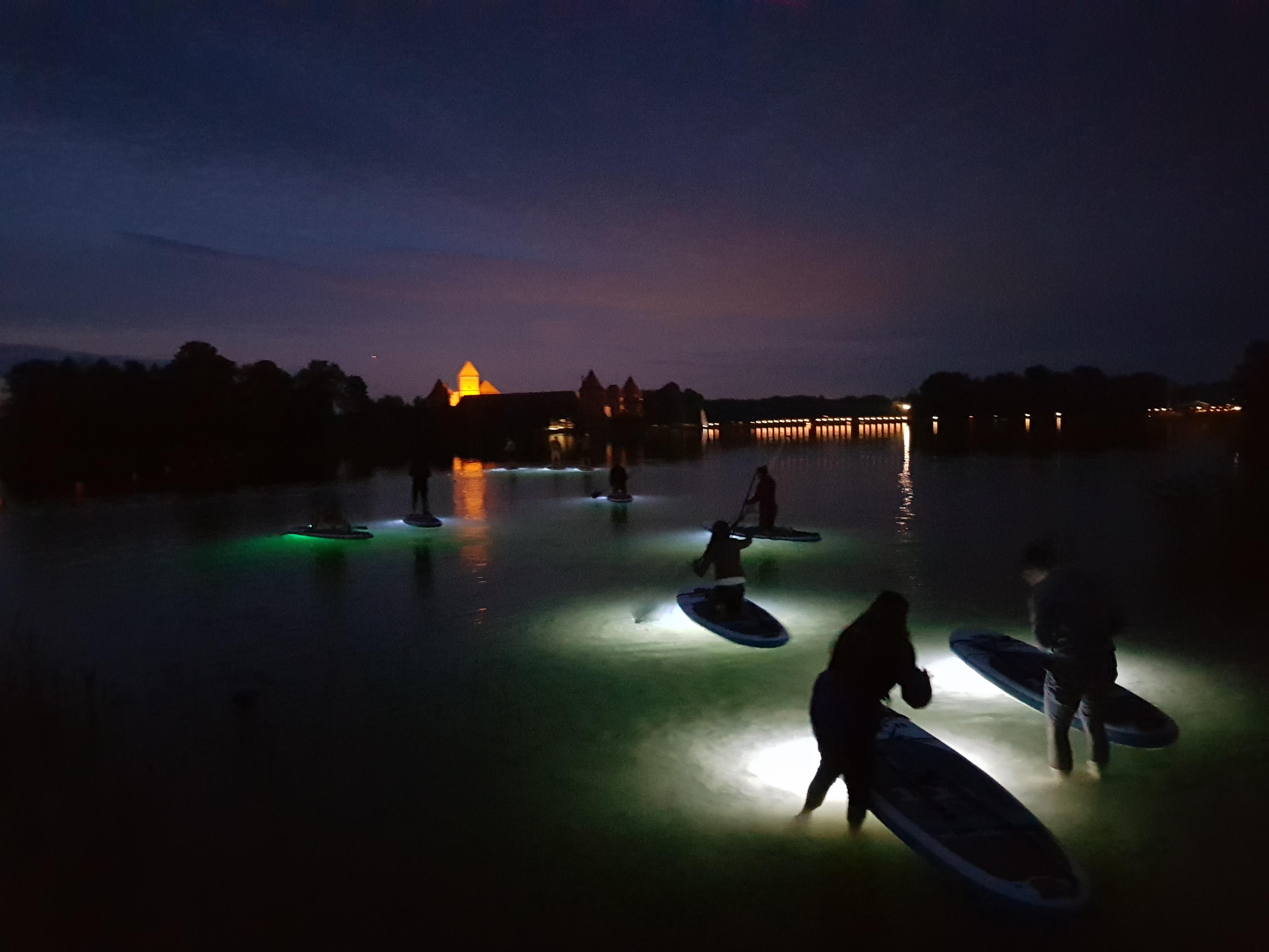 Magiškas naktinis irklenčių turas