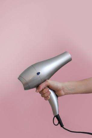 """#Viedecheveux : 3 conseils """"spécial confinement"""" pour prendre soin de vos cheveux à la mai"""