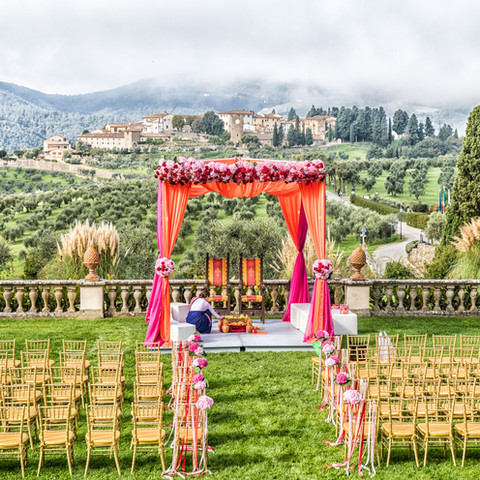 Indu wedding in tuscany Villa