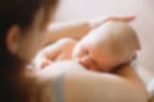 Mère allaitant bébé