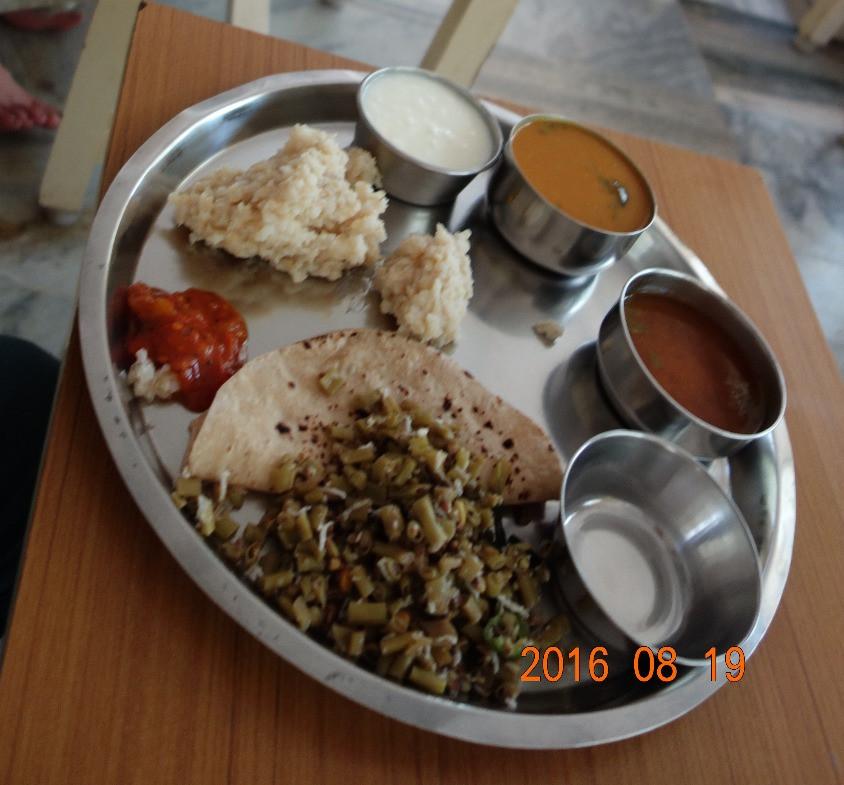 グルクラムでのお食事。素朴な南インド料理ですが、どこのレストランで食べるお食事よりもおいしいです。