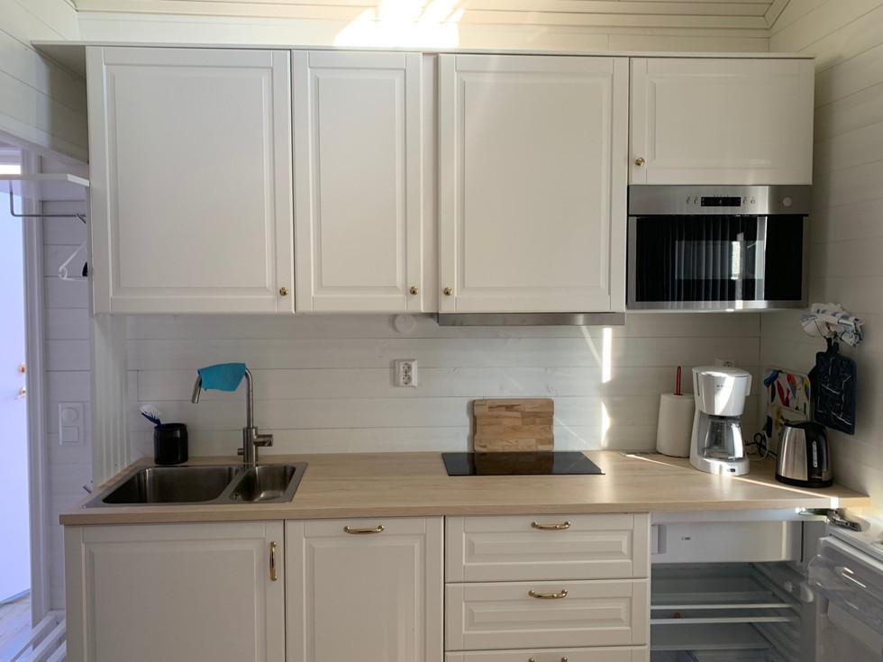 komplett kök Attefallshus med diskmaskin kyl micro häll och avställningsytor