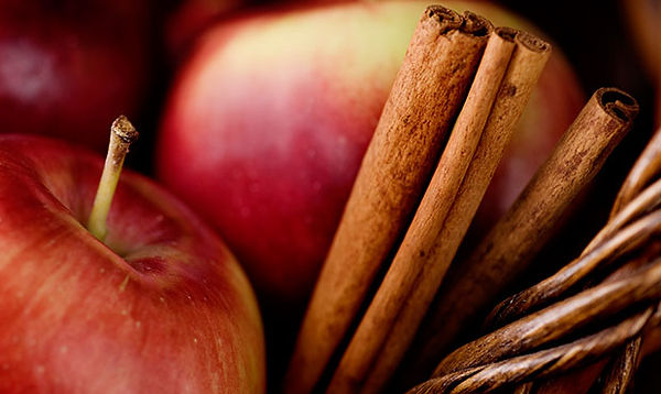 2 apples and cinnamon sticks