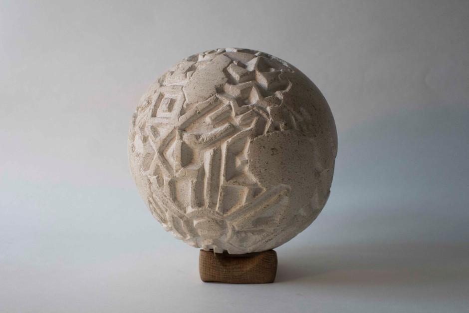 « Mundus Novus » taille sur pierre avec un socle sculpté en chêne 21x19x19 cm 2018