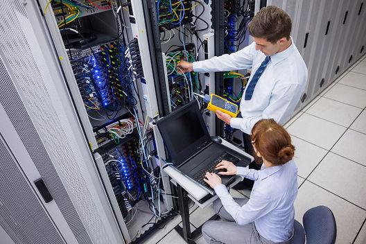 equipe-de-tecnicos-que-utilizam-o-analis