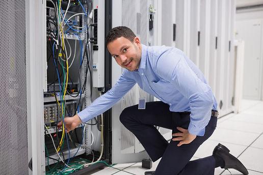 tecnico-conectando-o-cabo-ao-servidor_13