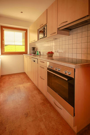 Küche mit Ofen, Herd, Mikrowelle, ...