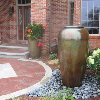 Disappearing basin water feature