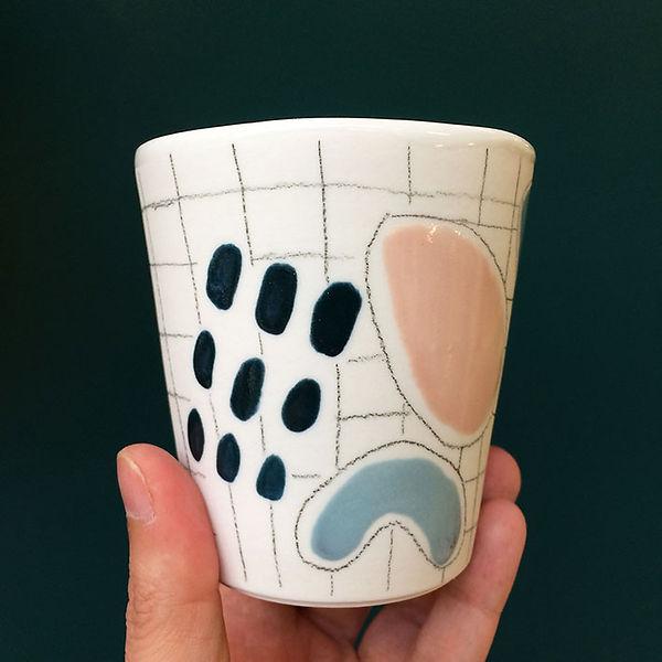 caroline prevost ceramique set porcelaine poterie coulage graphisme dessin taches d'émail traits ceramique comtemporaine lille roubaix ateliers jouret tasse