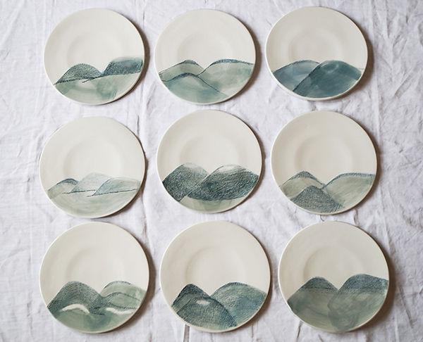caroline prevost ceramiques porcelaine assiettes dessin illustration terrils louvre lens office du tourisme on y mange lille roubaix coulage email assiette