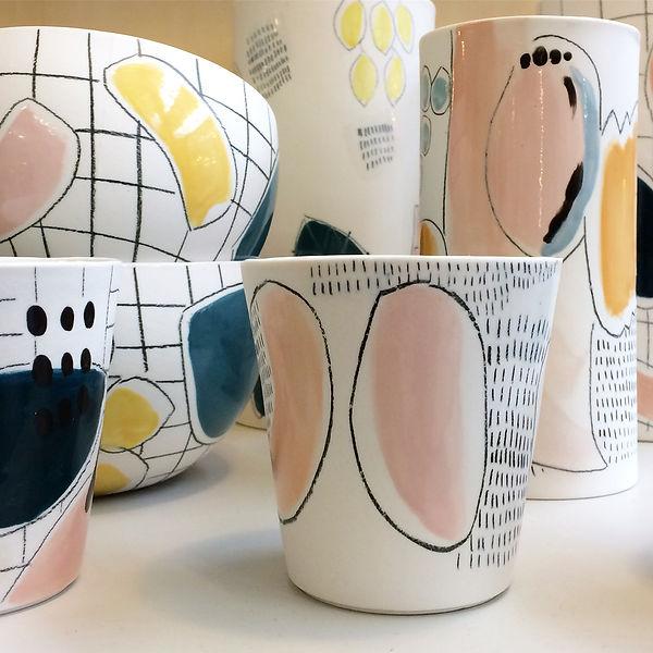 caroline prevost ceramique set porcelaine vase poterie coulage graphisme dessin taches d'émail traits ceramique comtemporaine lille roubaix ateliers jouret tasse bol