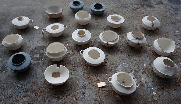 caroline prevost ceramique cocons porcelaine points or etiquette fil de soie art ateliers jouret lille roubaix le non lieu la nuit des arts