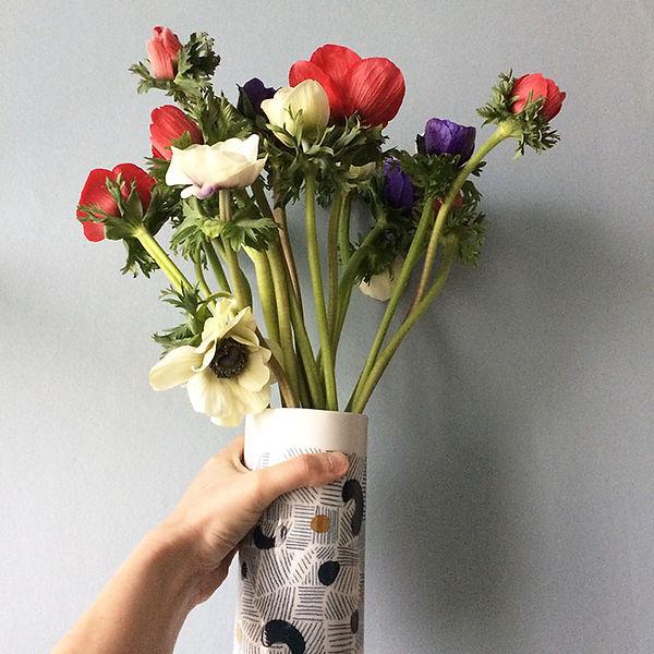 caroline prevost ceramique traits et pois or graphique motif dessin email lille roubaix ateliers jouret ceramique comtemporaine porcelaine poterie coulage vase