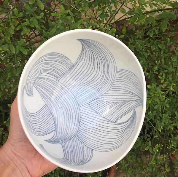 caroline prevost ceramique vase trait porcelaine coulage vagues lines lille roubaix arts de la table lifestyle ceramique comtemporaine vase dessin graphisme ateliers jouret bol